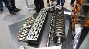 Un moteur huit cylindres en ligne, démonté.