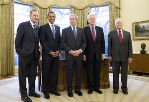 Photo des cinq présidents américains encore en vie, de gauche à droite: George Bush (père), Barack Obama, George W. Bush (fils), Bill Clinton, Jimmy Carter. (2009)
