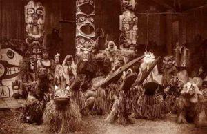 Cérémonie d'un Potlatch, photographiée au début des années 1900.