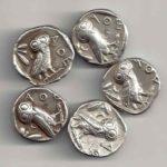 L'emblème d'Athéna, la chouette, frappée sur la monnaie grecque nommée drachme (avant l'euro)
