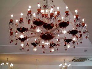 Un lustre en cristal rouge, caractéristique de la manufacture de cristal Baccarat